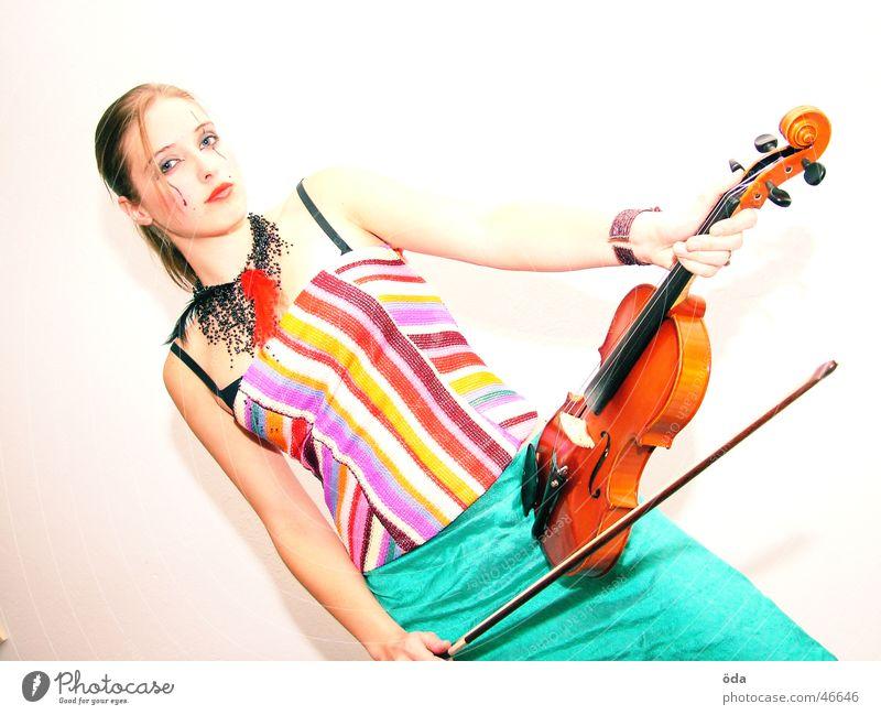 Geige #1 Frau Gesicht Spielen Musik Körperhaltung Schmuck Schminke Halskette Kultur Kosmetik geschminkt