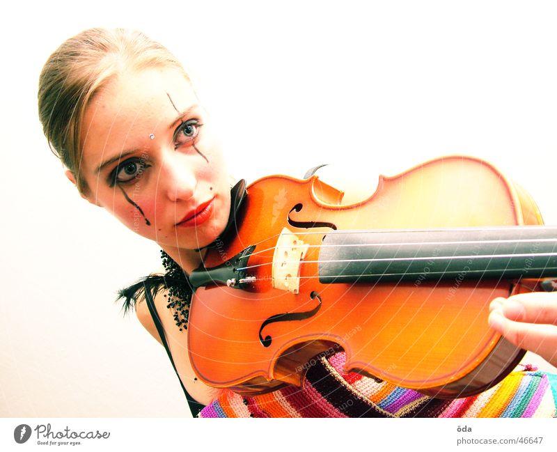 Geige #2 Frau Gesicht Spielen Musik Körperhaltung Schmuck Schminke Halskette geschminkt