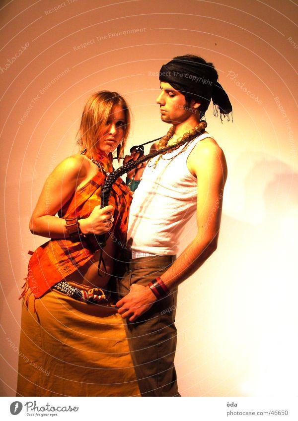 tease me #4 Paar Kreis Körperhaltung Schmuck Schminke Halskette Turban geschminkt Peitsche