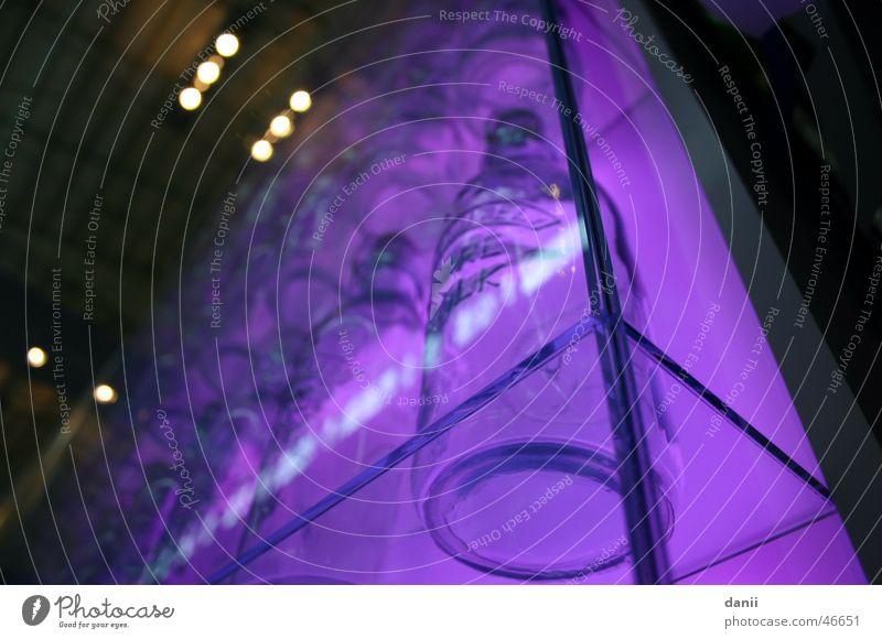 Lila Flaschen in der Schranne Glas violett München Vitrine Schrannenhalle
