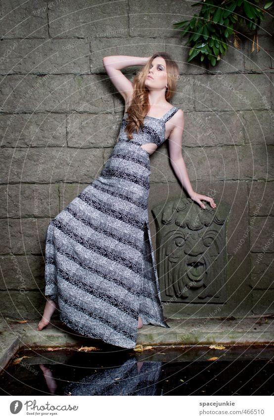 Thieles Garten Mensch Frau Jugendliche blau grün Wasser Pflanze Junge Frau Erwachsene 18-30 Jahre Wand Erotik Mauer Architektur Stein Mode