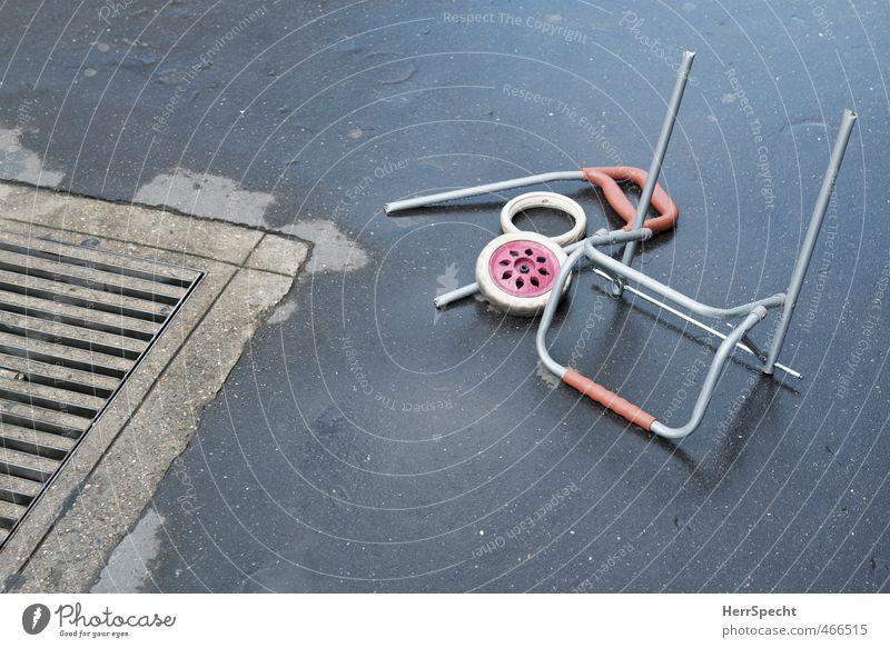 Trolley geht zum Einkaufen bis er bricht Metall Kunststoff alt kaputt trist Stadt grau rot Einkaufswagen Teile u. Stücke Unfall Einkaufstasche Asphalt Gully Rad