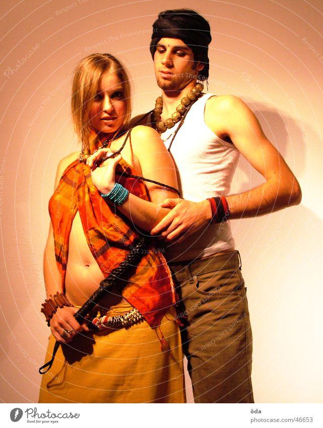 tease me #5 Paar Kreis Körperhaltung Schmuck Schminke Halskette Turban geschminkt Peitsche