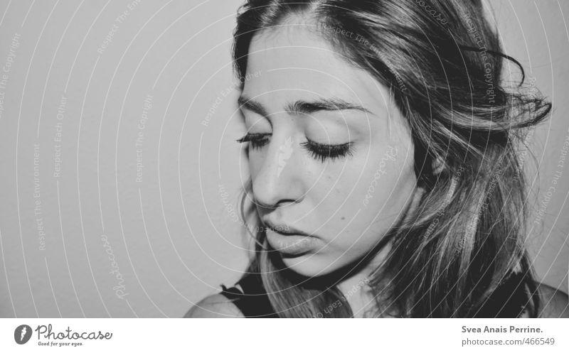 . feminin Junge Frau Jugendliche Kopf Haare & Frisuren Gesicht Mund Lippen 1 Mensch 18-30 Jahre Erwachsene Mauer Wand langhaarig schön Schwarzweißfoto