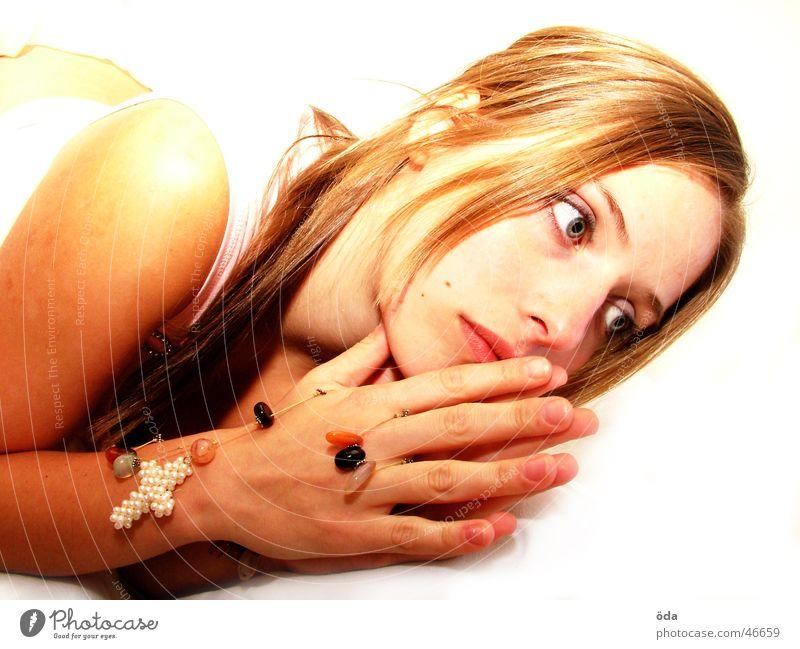 bittersweet angel #1 Frau süß schön geschminkt Schminke Körperhaltung Blick Auge Rücken Kette Kreis umschlungen