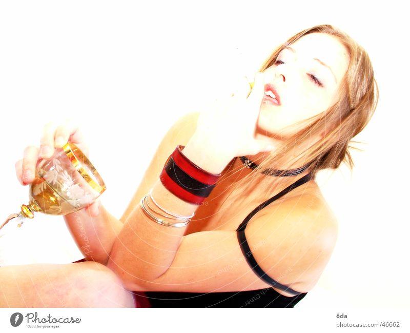 bittersweet drink #2 Frau süß schön geschminkt Schminke Körperhaltung Blick Auge Rücken Kette Kreis umschlungen