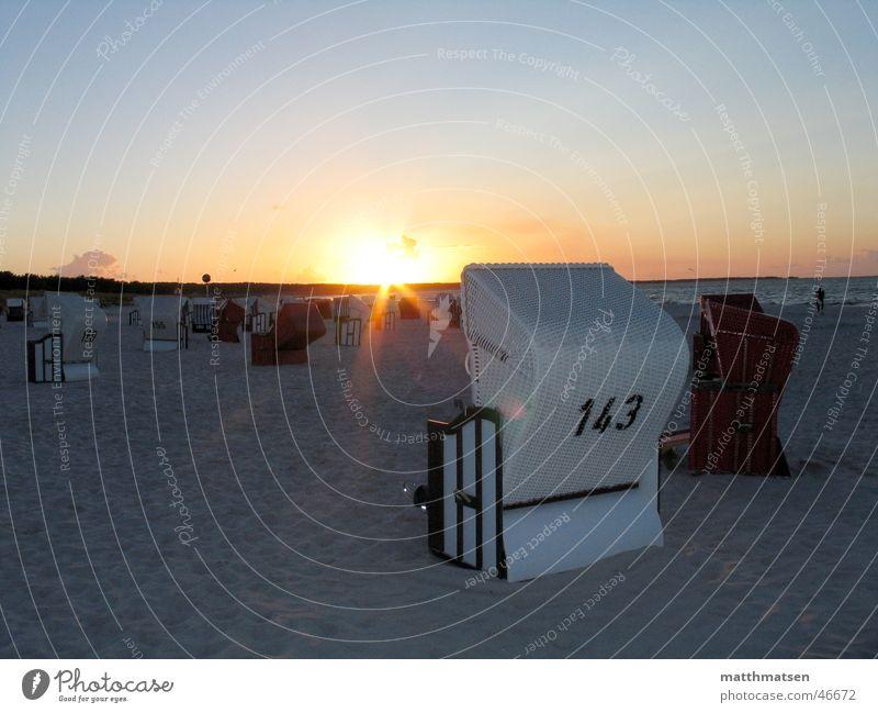 Urlaub Wasser Sonne Meer Strand Ferien & Urlaub & Reisen Erholung Wärme Sand Stimmung Horizont Physik tief Ostsee Strandkorb Vordergrund
