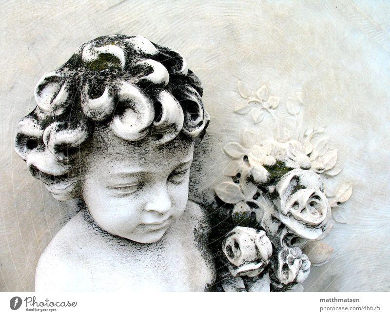 Venedig Tod Friedhof Relief Kunstwerk behauen Skulptur Frieden ruhig weiß Blume Trauer Geborgenheit Nahaufnahme Grab Stein verfallen Junge hell Detailaufnahme