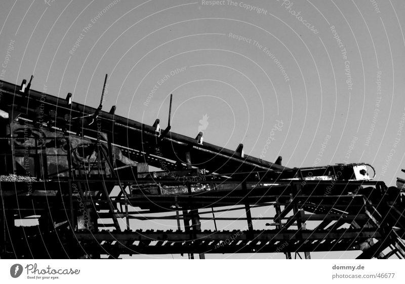 Kieswerk III Rutsche Förderband schwarz weiß Verlauf Stahl Rost stilllegen Schlauch Plattform Kunstwerk Schnur Schwarzweißfoto alt Einsamkeit stilllgung steeg