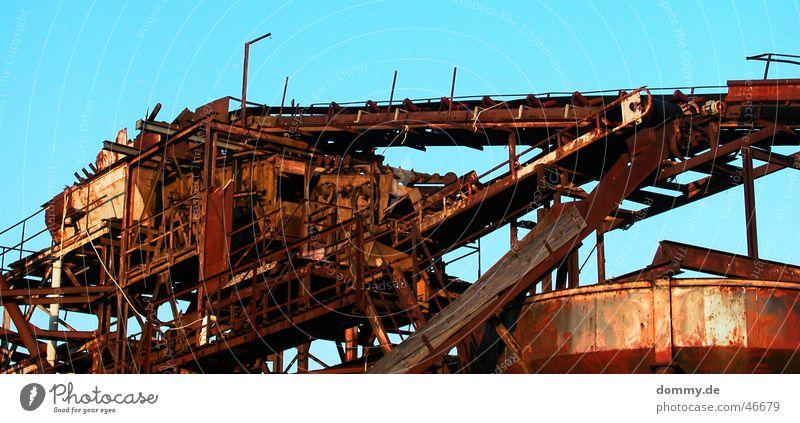 Kieswerk IV alt Himmel Sonne blau Sommer Einsamkeit Schnur Röhren Rost Werk Becken Kunstwerk Behälter u. Gefäße Plattform Förderband