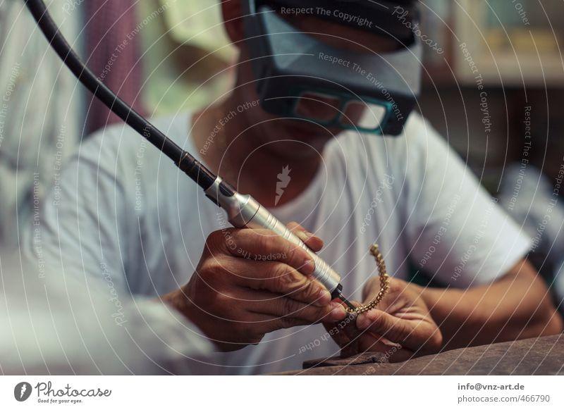 Kleinfein Mensch Mann Hand Erwachsene klein Kunst Arbeit & Erwerbstätigkeit maskulin Beruf Schmuck Handwerk Künstler Handwerker Arbeitsplatz 30-45 Jahre