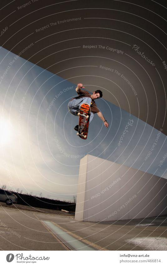 Skate Stadt Junger Mann Mauer Architektur springen fliegen Aktion gefährlich sportlich Skateboarding Sportler Inline Skating Trick Nervenkitzel