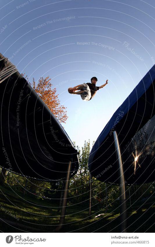 tramp Freizeit & Hobby Sport Mensch maskulin Junger Mann Jugendliche 18-30 Jahre Erwachsene Himmel Wolkenloser Himmel Herbst Baum Garten blau Trampolin springen
