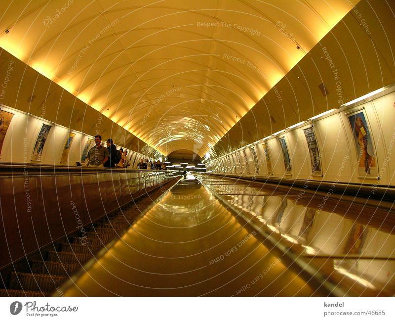 Kein Licht am Ende des Tunnels Bewegung Eisenbahn fahren Güterverkehr & Logistik U-Bahn aufwärts diagonal gestellt Untergrund Prag Rolltreppe