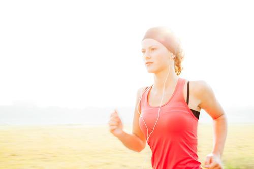 Just Run. Three. Mensch Kind Jugendliche schön grün rot Junge Frau schwarz Wiese feminin Sport Bewegung Freizeit & Hobby Kindheit laufen 13-18 Jahre