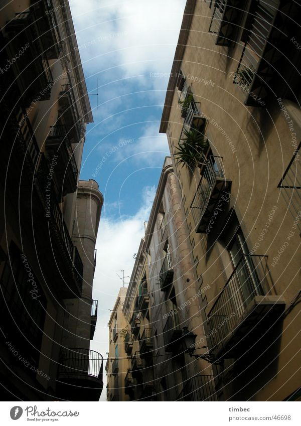 Straßenschlucht Mensch Himmel alt Straße Fenster Kunst gehen Spaziergang Balkon Spanien Barcelona