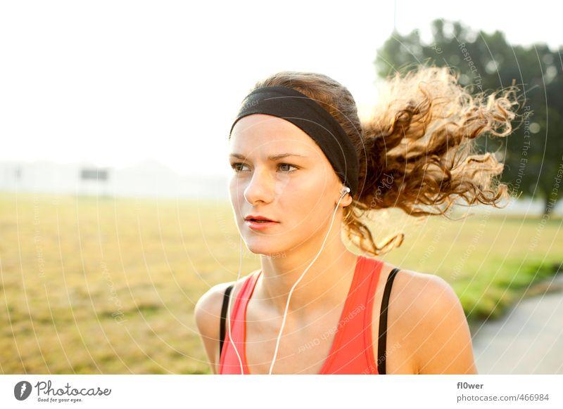 Just Run. Two. Sport Fitness Sport-Training Joggen feminin Junge Frau Jugendliche 1 Mensch 13-18 Jahre Kind 18-30 Jahre Erwachsene Landschaft Wiese