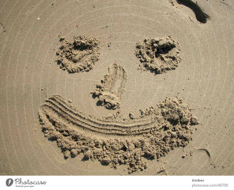 Gesicht 1 Strand grinsen Korn lachen Sand streichen Fuß face Auge Mund Nase Graben Sandmalerei