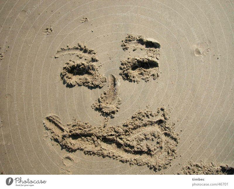 Gesicht 2 Strand grinsen Korn Zunge rausstrecken lachen Sand streichen Fuß face Auge Mund Nase Graben Sandmalerei