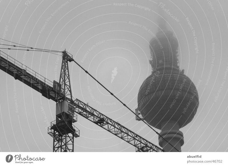 fernsehenturm umbau Wolken Berlin Nebel Fernsehen Baustelle Turm