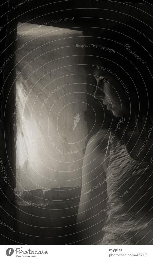 Im Verlies Frau Einsamkeit ruhig dunkel Zukunft Hoffnung Trauer Ende Aussicht Digitalfotografie