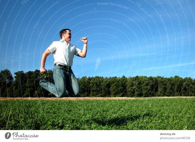 tschaka du schaffst es Mann springen Sommer Feld Wiese Wald Wolken Hose Hemd Physik Freude hüpfen dommy thomas Junge Sonne Haare & Frisuren Nase Auge Wärme