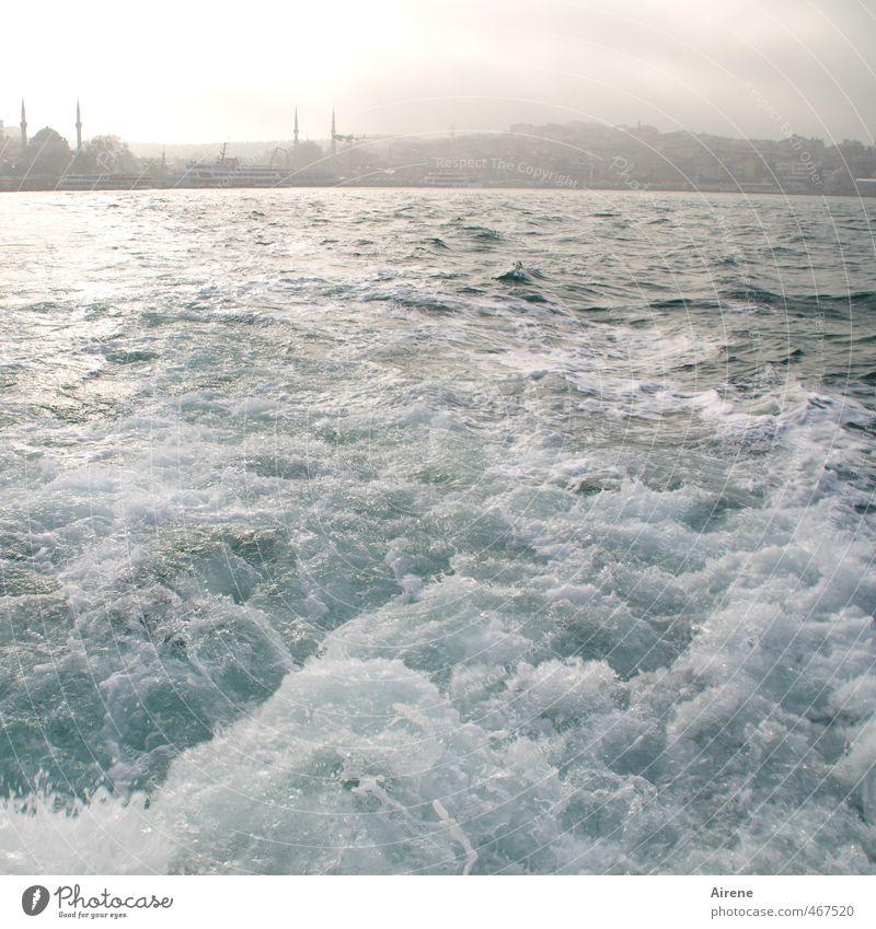 hinter sich lassen Himmel blau Wasser weiß Meer Bewegung natürlich Wellen Nebel frisch Urelemente Asien Schifffahrt Skyline türkis Hauptstadt