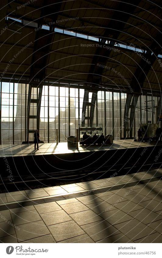 Verpasst Eisenbahn Stahl Bahnsteig Gleise Station Europa Stadt Bahnhof Lagerhalle Sonne Glas Schatten leer Bank Berlin Deutschland Güterverkehr & Logistik