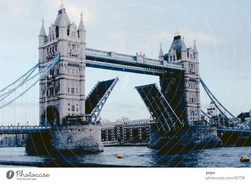 Tower Bridge alt Wasser blau Sonne Einsamkeit kalt grau Wetter Wasserfahrzeug nass Nebel hoch offen groß Verkehr Insel