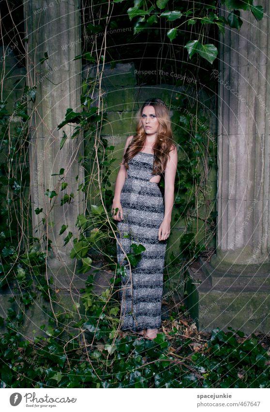 Im Efeugarten Mensch feminin Junge Frau Jugendliche Erwachsene 1 18-30 Jahre Umwelt Natur Pflanze Sträucher Garten Park Bauwerk Architektur Terrasse Mode
