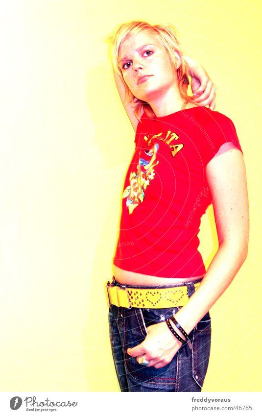 nadin*2 Frau rot gelb Model Jeanshose T-Shirt Gürtel
