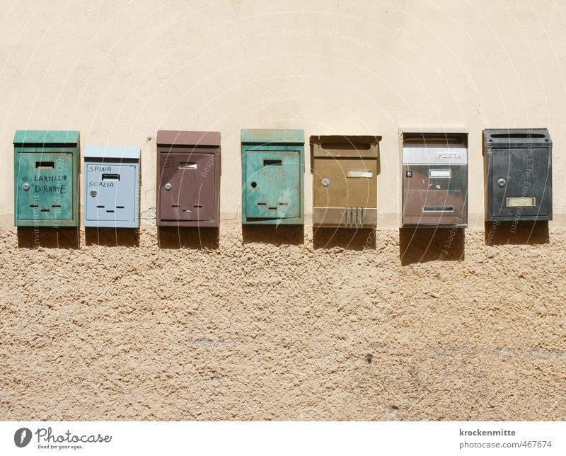 Schreib mal wieder Briefkasten Metall blau braun mehrfarbig grün Reihe unregelmäßig mediterran Italien Briefverkehr Post Mauer Sandstein Schilder & Markierungen