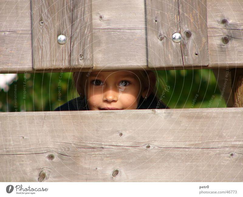 such mich! Mädchen Kind Spielplatz Holz Holzbrett Gesicht Auge Versteck Blick