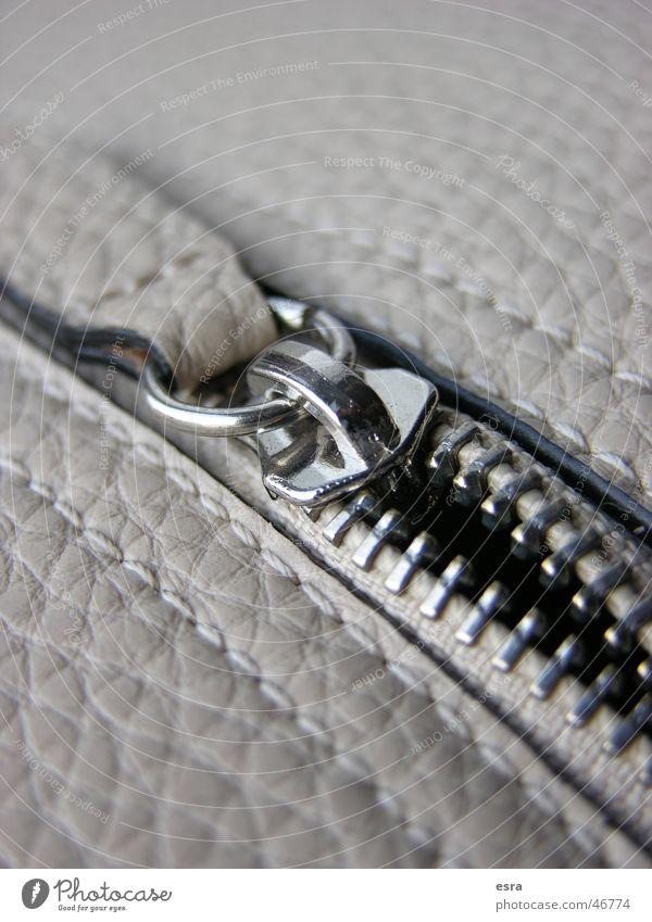 Ledertasche Reißverschluss Sicherheit Tasche aufmachen Öffnung Dinge Verschluss Detailaufnahme detailansicht Makroaufnahme Metall naht nähte ledertasche
