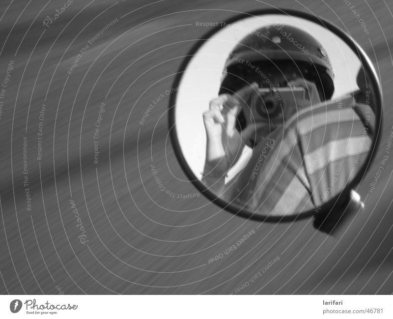 impression...... Geschwindigkeit Kleinmotorrad Spiegel schwarz weiß Sommer Italien Helm Frau rückwärts Streifen Hand Mann dunkel Physik Europa Gefühle Stimmung