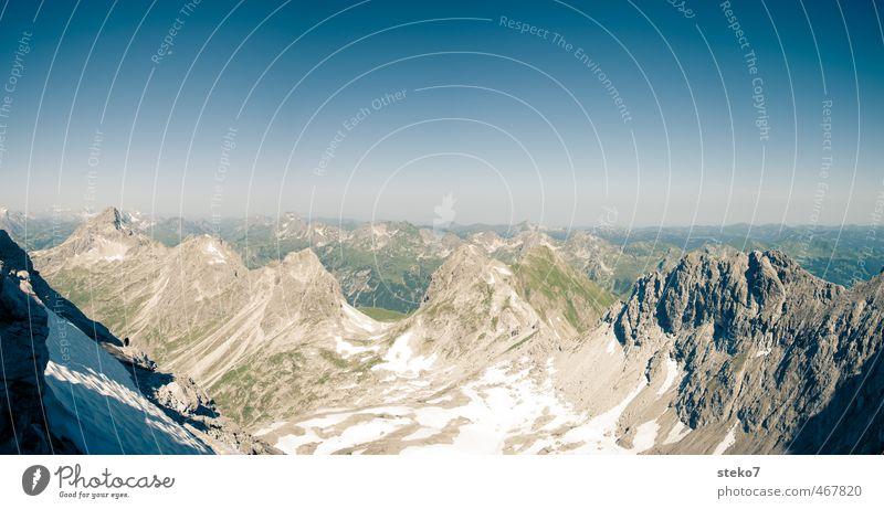 Wanderer-Suchbild Berge u. Gebirge wandern Wolkenloser Himmel Mond Schönes Wetter Alpen anstrengen Einsamkeit Freiheit Horizont Ferne Gipfel Bergkette Farbfoto