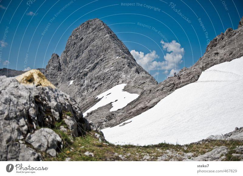 Wegmarkierung blau weiß Berge u. Gebirge Schnee grau wandern Schönes Wetter Gipfel Alpen Fußweg Seite Wegweiser
