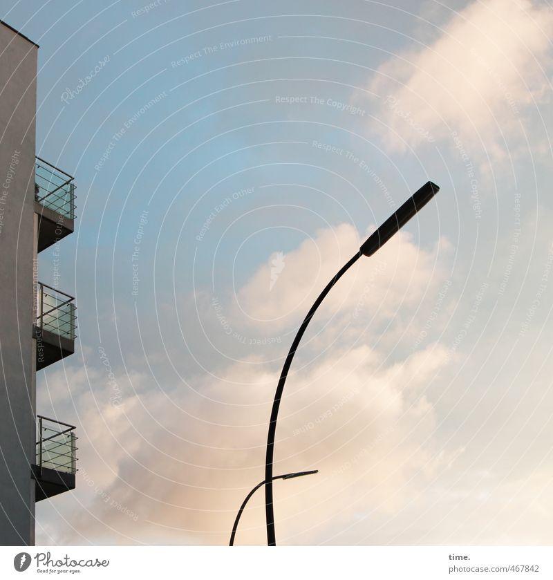 und abends mit Beleuchtung ... Himmel Wolken Schönes Wetter Hochhaus Straßenbeleuchtung Laternenpfahl Mauer Wand Balkon elegant dünn Stadt Neugier Überraschung