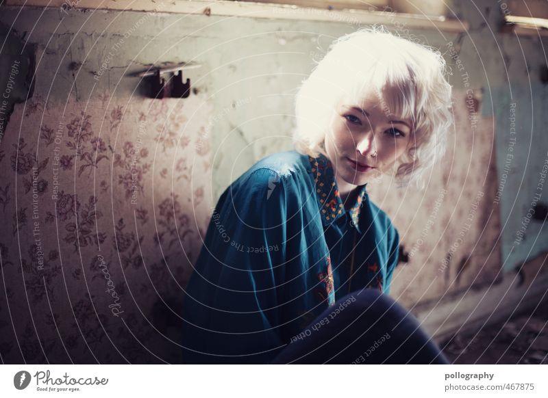 Runa (1) Lifestyle Mensch feminin Junge Frau Jugendliche Erwachsene Leben Körper 18-30 Jahre Sommer Ruine Fassade Fenster Mode Hemd weißhaarig Gefühle Stimmung