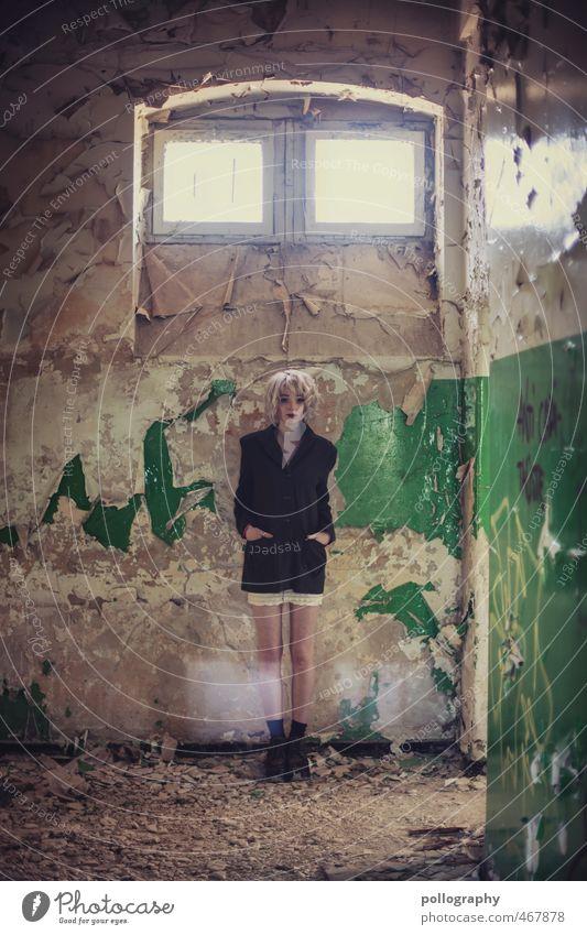 Runa (8) Mensch feminin Junge Frau Jugendliche Erwachsene Leben Körper 1 18-30 Jahre Sommer Ruine Bauwerk Gebäude Mauer Wand Fenster Jacke selbstbewußt