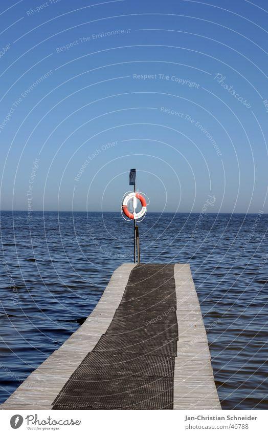Am Ende gerettet Wasser Himmel Meer blau Wasserfahrzeug Perspektive Sicherheit Zukunft Steg Versicherung Rettungsring ankern