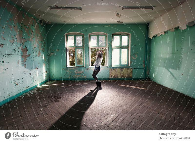 Let's Dance | 700 Mensch Frau Jugendliche alt Einsamkeit Junge Frau Haus Erwachsene 18-30 Jahre Fenster Wand Leben feminin Gefühle Mauer Gebäude