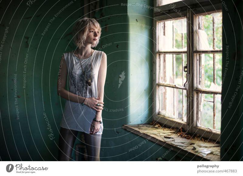 take me away Lifestyle schön Mensch feminin Junge Frau Jugendliche Erwachsene Leben Körper 1 18-30 Jahre Sommer Haus Ruine Mauer Wand Fassade Fenster Gefühle
