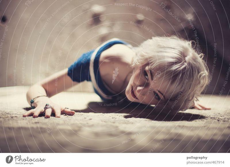 Runa (10) Mensch Frau Jugendliche schön Junge Frau 18-30 Jahre Erwachsene Wand Leben Gefühle feminin Gebäude Mauer Stimmung liegen Körper
