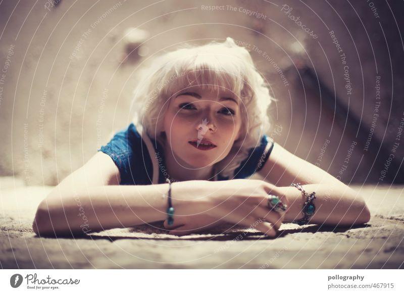 Runa (11) Mensch feminin Junge Frau Jugendliche Erwachsene Leben Körper 18-30 Jahre Ruine Mauer Wand Fassade Kleid weißhaarig Gefühle Stimmung Freude Glück