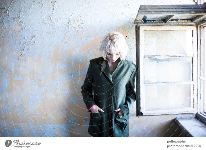 Runa (6) Mensch feminin Junge Frau Jugendliche Erwachsene Körper 1 18-30 Jahre Herbst Haus Ruine Fenster Jacke Mantel weißhaarig Gefühle Traurigkeit Sorge