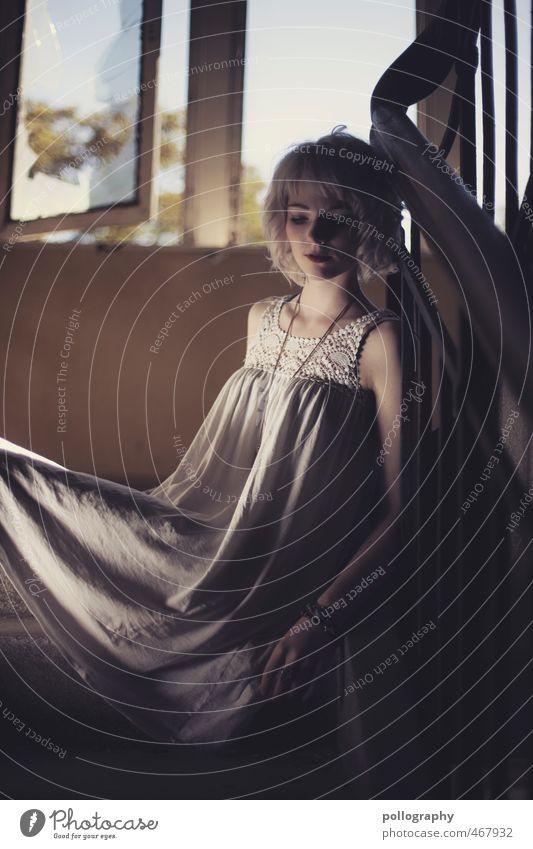 Runa (3) Lifestyle Mensch feminin Junge Frau Jugendliche Erwachsene Leben Körper 1 18-30 Jahre Sommer Treppe Fenster Mode Kleid Schmuck weißhaarig Gefühle