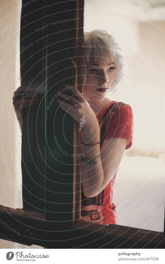 Runa (9) Mensch Frau Jugendliche Einsamkeit Junge Frau ruhig 18-30 Jahre Erwachsene Fenster Leben Traurigkeit Gefühle feminin Gebäude Stimmung Körper