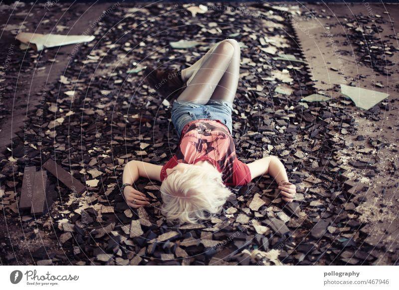 Runa (2) Lifestyle Mensch feminin Junge Frau Jugendliche Erwachsene Leben Körper 1 18-30 Jahre Ruine Bodenbelag Mode T-Shirt Strumpfhose weißhaarig
