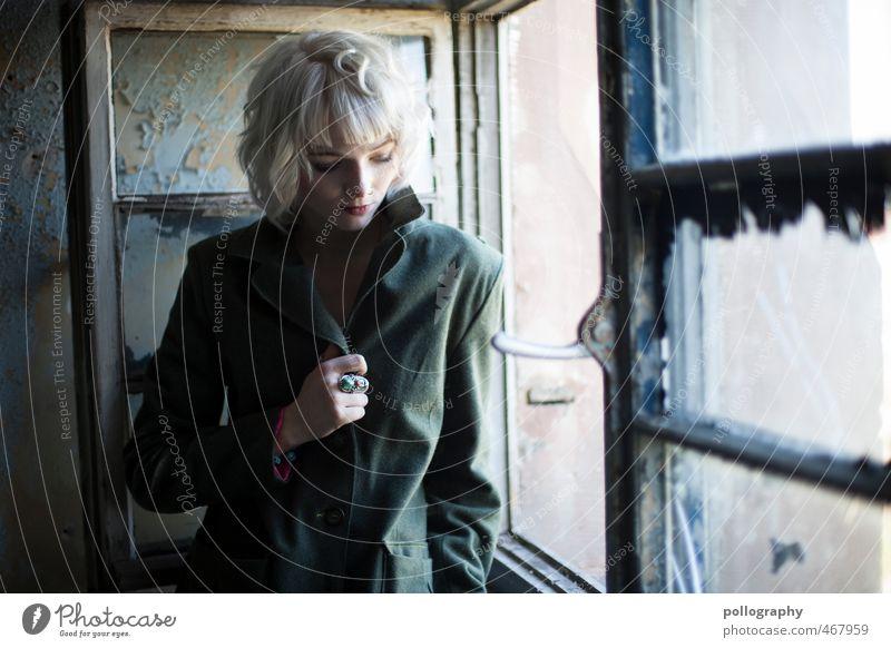 Der Herbst ist da Mensch feminin Junge Frau Jugendliche Erwachsene Leben Körper 1 18-30 Jahre Mauer Wand Fenster Jacke Mantel weißhaarig Gefühle Stimmung